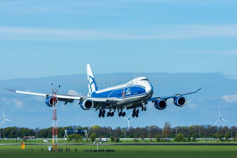 Aérez l'atterrissage d'avions de la cargaison 747 de pont à l'aéroport d'Amsterdam Schiphol photos libres de droits