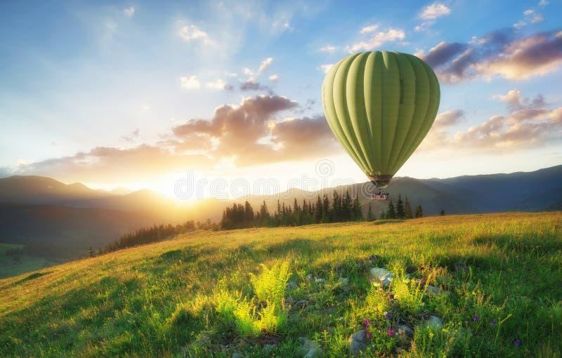 Aérez le ballon au-dessus des montagnes à l'heure d'été image libre de droits