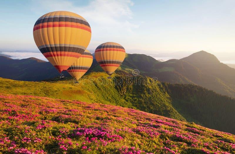 Aérez le ballon au-dessus des montagnes à l'heure d'été image stock