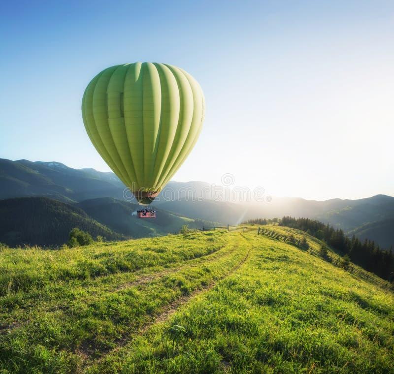Aérez le ballon au-dessus des montagnes à l'heure d'été photographie stock