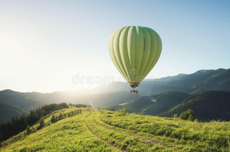 Aérez les ballons au-dessus des montagnes à l'heure d'été photographie stock libre de droits