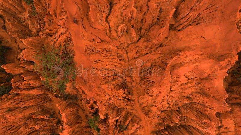 aérien Le bourdon aérien a tiré des roches rouges de canyon en Mui Ne, Vietnam Fond orange abstrait pour le texte ou le titre images libres de droits