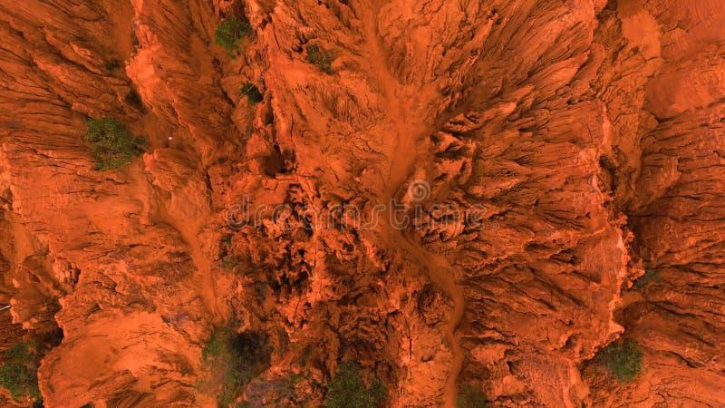 aérien Le bourdon aérien a tiré des roches rouges de canyon en Mui Ne, Vietnam Fond orange abstrait pour le texte ou le titre photographie stock