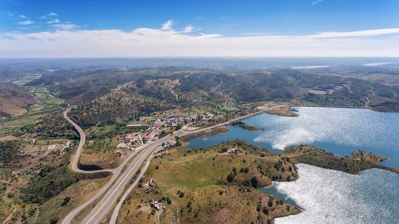 aérien Vidéographie de bourdon, barrage Odeleite de réservoir portugal photographie stock