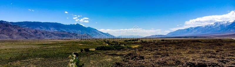 Aérienne, la vue de bourdon des nuages blancs au-dessus de la neige a couvert la sierra orientale Nevada Mountains photographie stock libre de droits