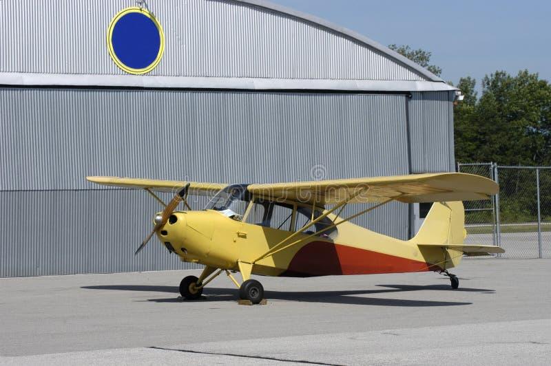 Aéronefs d'avion-école de cru stationnés par Airport Hanger photographie stock