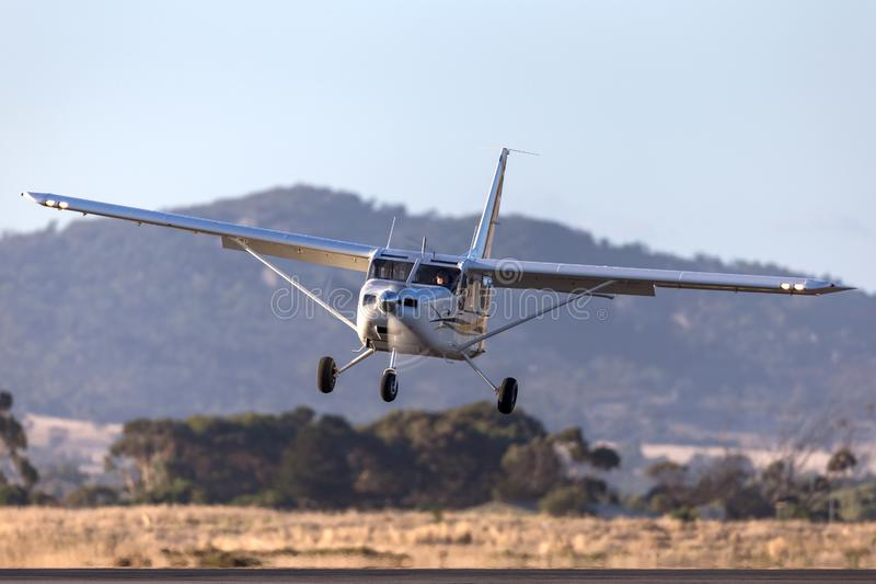 Aéronefs de servitude de moteur simple de l'aéronautique GA8 Airvan VH-SXK de Gippsland étant employés pour faire un saut en chut images libres de droits
