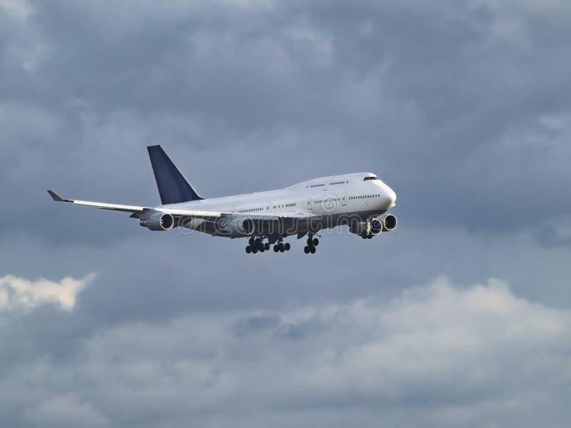 Aéronefs parmi les nuages images stock