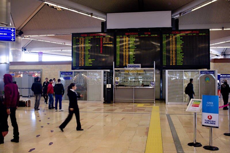 Aéroport d'Istanbul Atatürk - panneau de départs photos stock