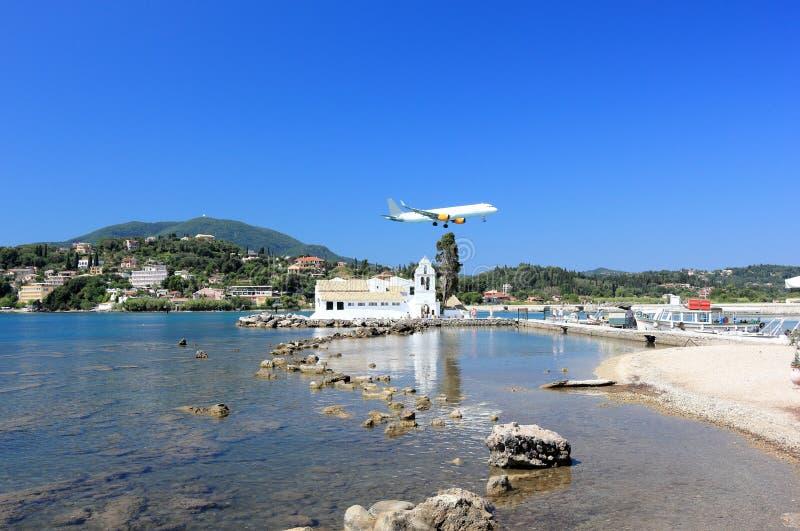 Aéroport de approche plat de Corfou au-dessus de monastère de Vlacherna Péninsule de Kanoni, île de Corfou, mer ionienne, Grèce image libre de droits