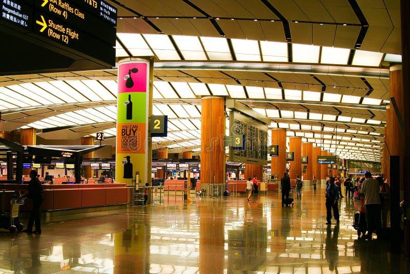 AÉROPORT DE CHANGI, SINGAPOUR - 24 MARS 2008 : Vue à l'intérieur de terminal de départ photographie stock libre de droits