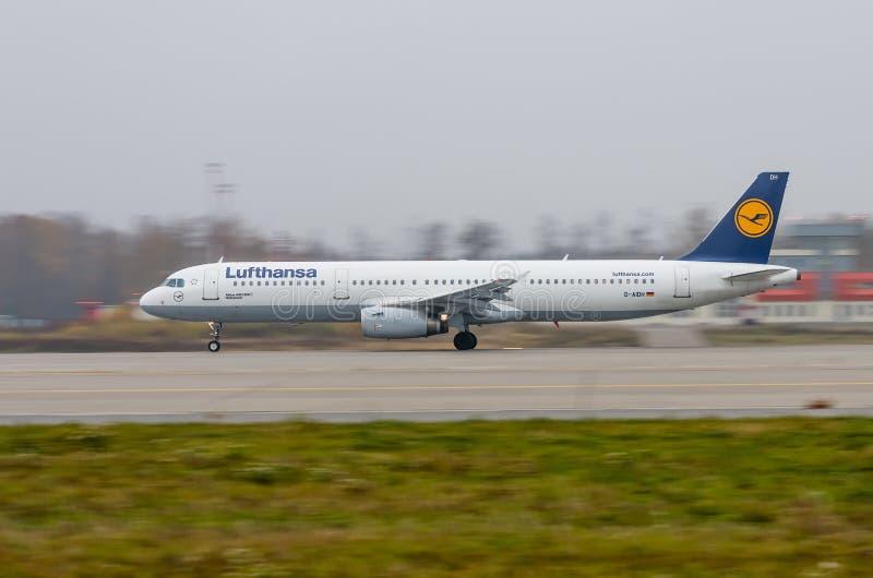 Aéroport de Domodedovo, Moscou - 25 octobre 2015 : Airbus A321-200 D-AIDH de Lufthansa décolle photos libres de droits