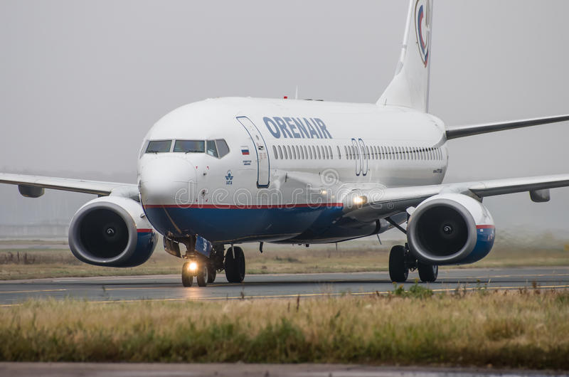 Aéroport de Domodedovo, Moscou - 25 octobre 2015 : Boeing 737-800 des lignes aériennes d'OrenAir photographie stock