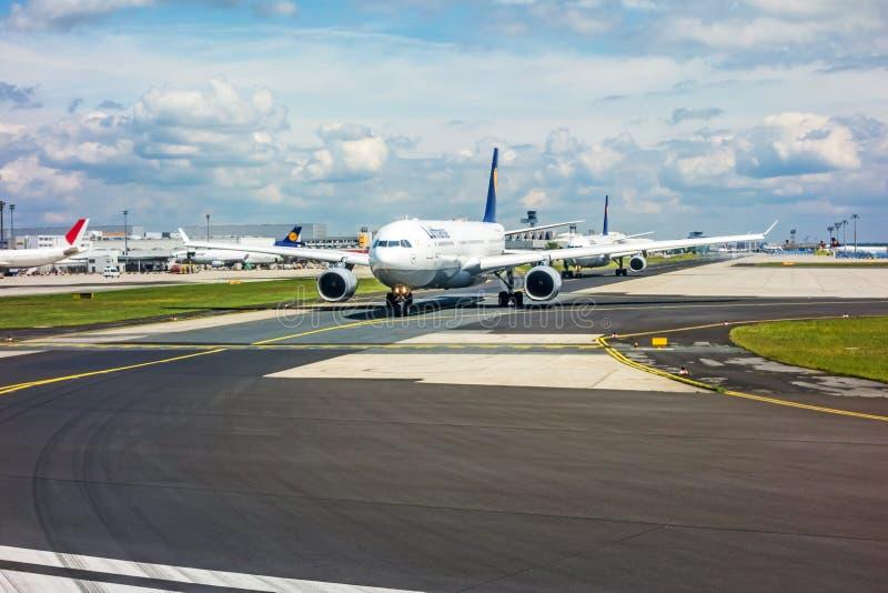 Aéroport de Francfort - avions de Lufthansa sur la piste photo stock
