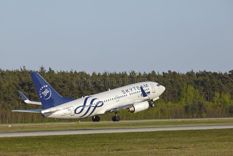 Aéroport de Francfort - Boeing 737-700 du transport aérien roumain décolle image stock