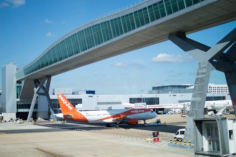 Aéroport de Gatwick, vol à réaction sur remorquage photo stock