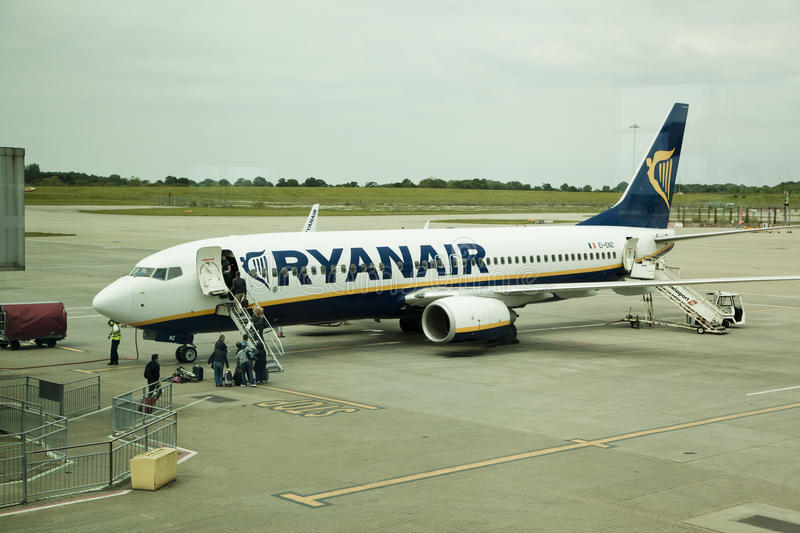 AÉROPORT DE LONDRES, STANSTED, R-U - 26 MAI 2014 : Aéroport de Stansted, avion de Ryanair étant prêt pour partir photo stock