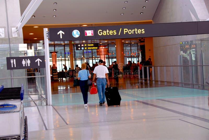 Aéroport de porte de gens photo stock