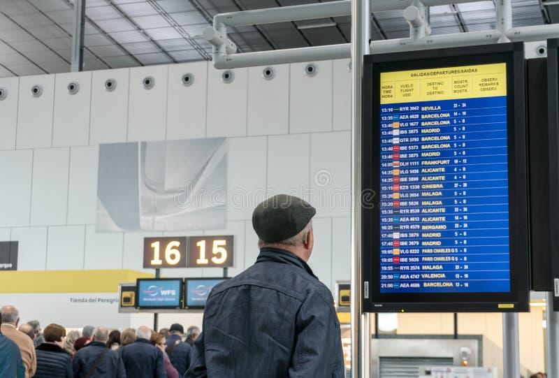Aéroport de Santiago de Compostela Intérieur du terminal pour passagers Homme a?n? image stock