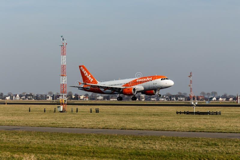Aéroport de Schiphol, la Hollande-Septentrionale/Pays-Bas - 16 février 2019 : EasyJet Airbus A319-100 G-EZDK photo stock