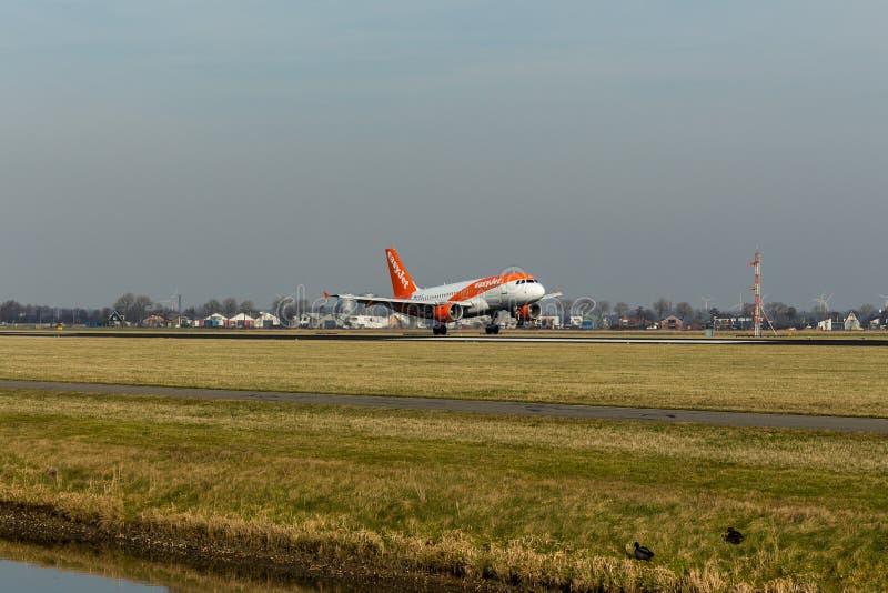 Aéroport de Schiphol, la Hollande-Septentrionale/Pays-Bas - 16 février 2019 : EasyJet Airbus A319-100 G-EZFZ photographie stock