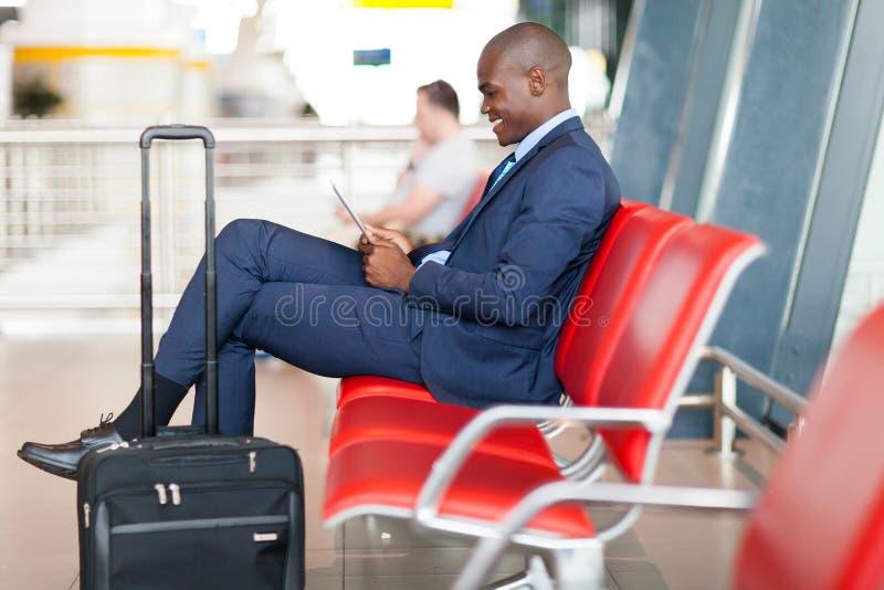 Aéroport de tablette d'homme d'affaires photo stock