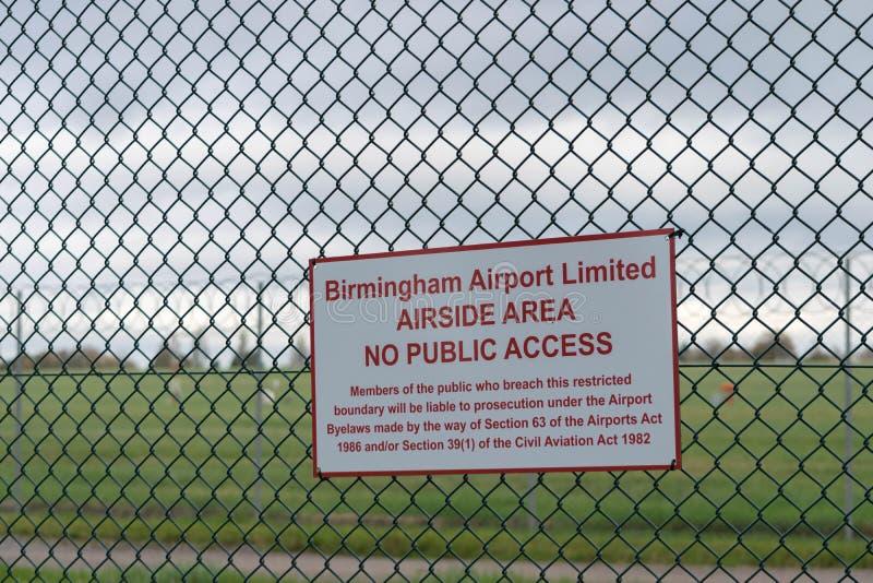 AÉROPORT INTERNATIONAL DE BIRMINGHAM, BIRMINGHAM, ROYAUME-UNI - 28 OCTOBRE 2017 : barrière sorrounding l'aérodrome avec photo libre de droits