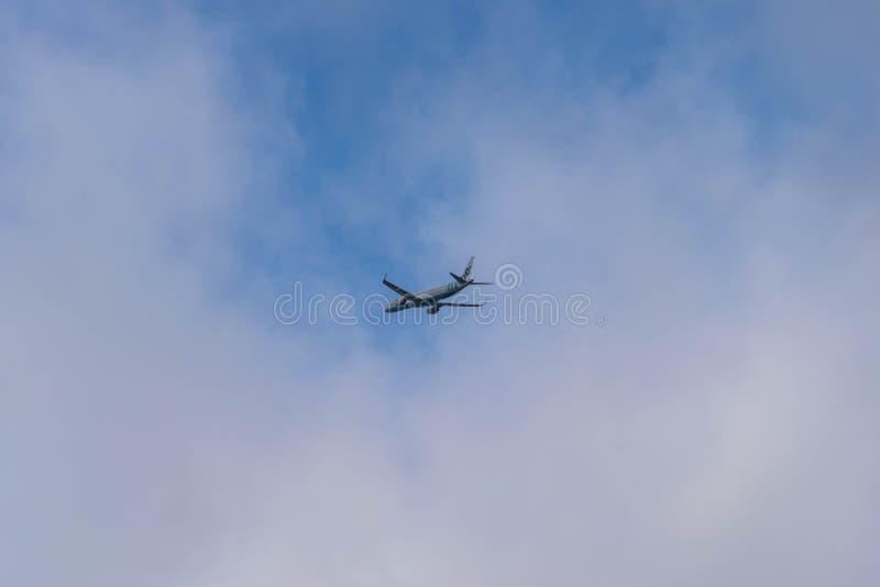 AÉROPORT INTERNATIONAL DE BIRMINGHAM, BIRMINGHAM, ROYAUME-UNI - 28 OCTOBRE 2017 : un décollage d'avion de lignes aériennes de Fly images libres de droits