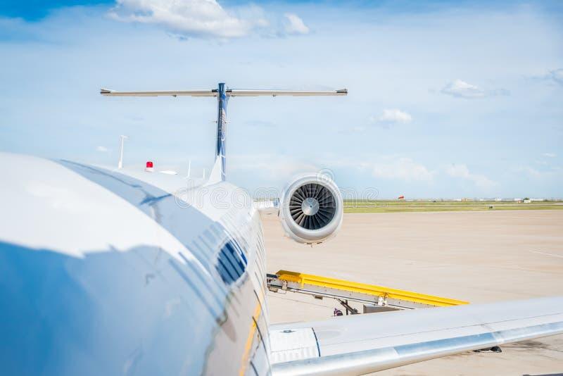 Aéroport international de Bush, Houston - vers en juin 2015 - embarquement sur l'avion uni photographie stock libre de droits