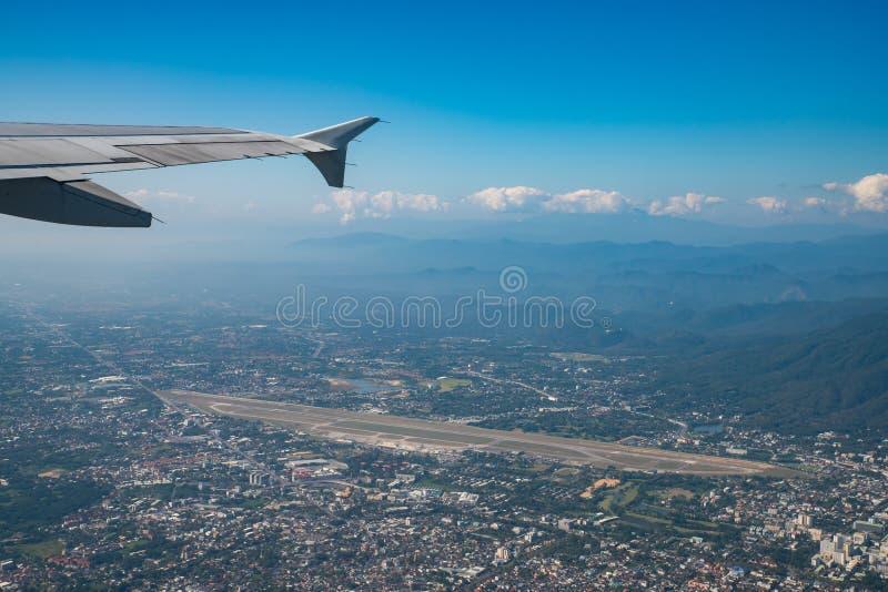 Aéroport international de Chiang Mai et environs avec vue dégagée sur le ciel bleu depuis la fenêtre de l'avion image libre de droits