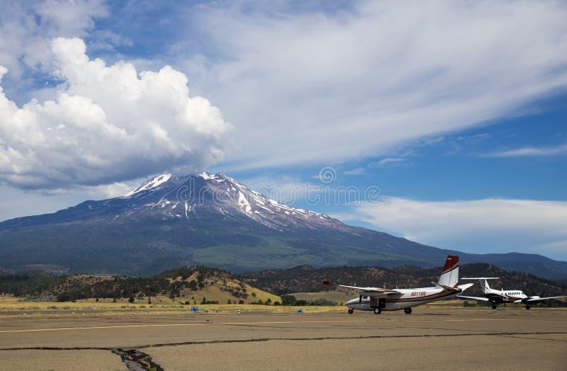 Aéroport local et Mt Shasta en Californie photographie stock