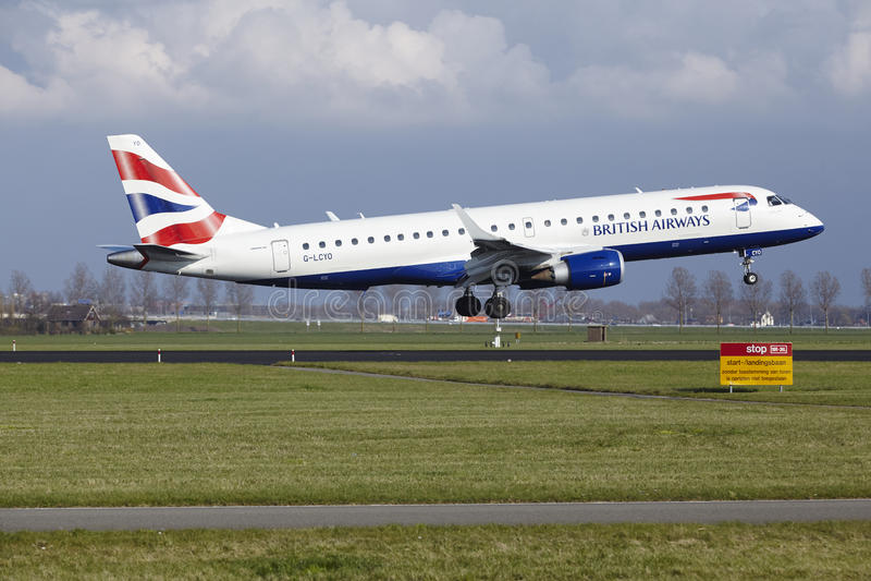Aéroport Schiphol d'Amsterdam - British Airways Embraer 190 débarque photographie stock