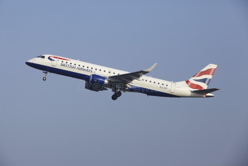 Aéroport Schiphol d'Amsterdam - Embraer 190 de British Airways décolle photos stock