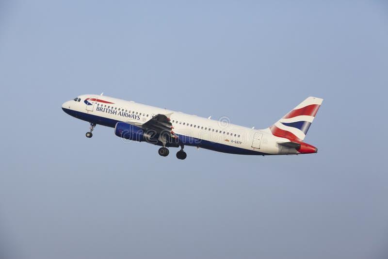 Aéroport Schiphol d'Amsterdam - un Airbus A320 de British Airways décolle photo libre de droits
