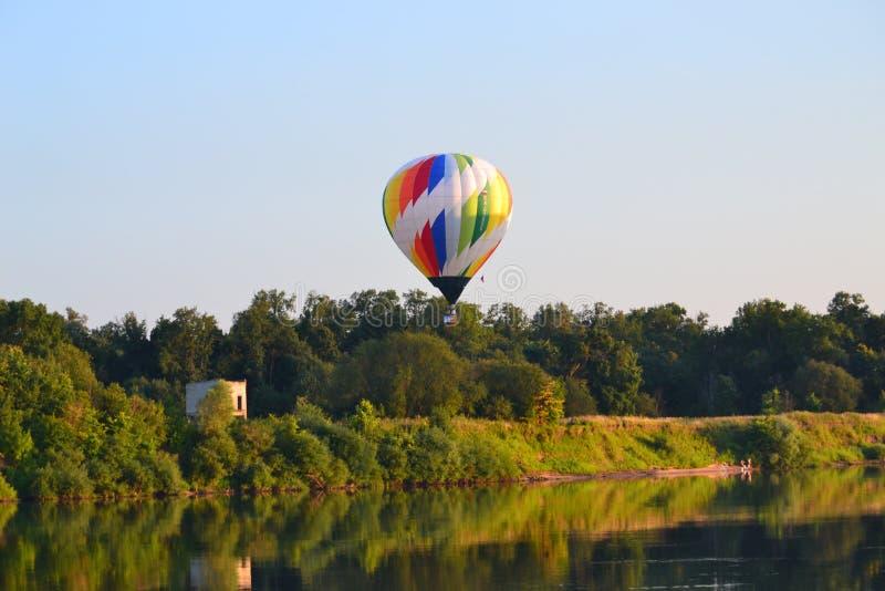 Aérostats au-dessus de la rivière image stock