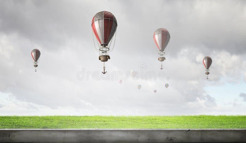 Aérostats volant au-dessus du ciel Media mélangé images stock