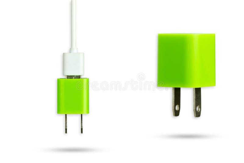 Aísle el cargador verde del adaptador y el cable del usb con la trayectoria de recortes imagen de archivo libre de regalías