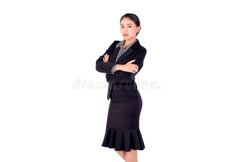 Aísle el soporte bonito asiático de la mujer de negocios y dobló con sonrisa en el fondo blanco foto de archivo