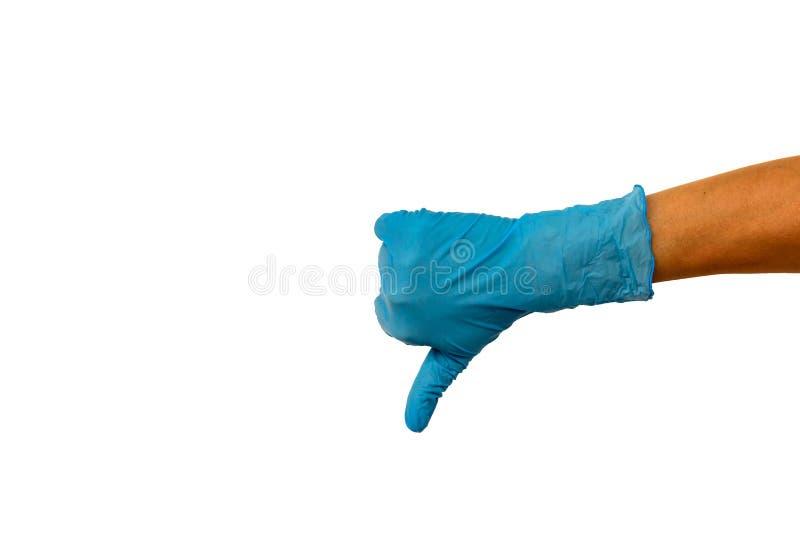 Aísle la mano de la mujer en un guante de goma azul en un fondo blanco imagenes de archivo
