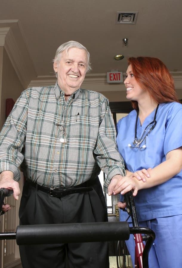 Aîné avec l'infirmière photo libre de droits