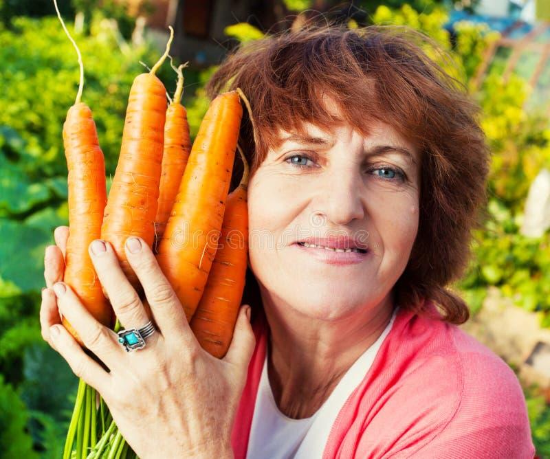 Aîné avec la carotte photos libres de droits