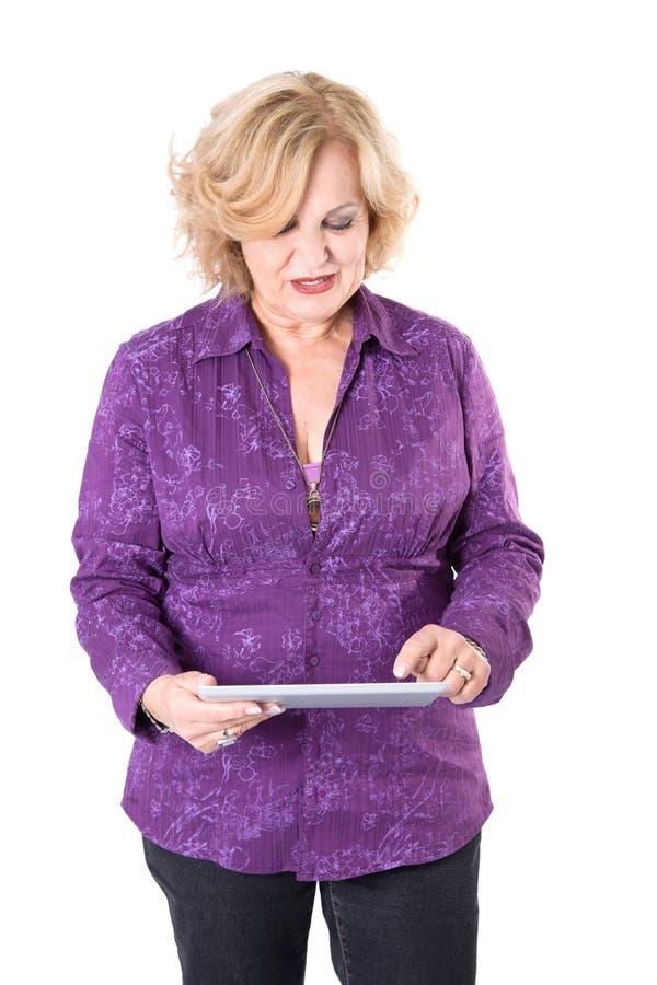 Aîné avec la tablette - une femme plus âgée d'isolement sur le fond blanc photos libres de droits