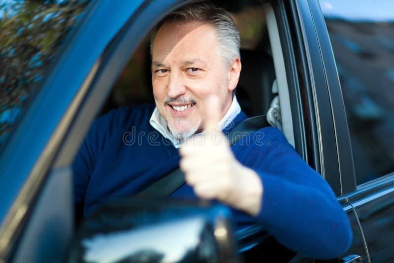 Aîné conduisant sa voiture photographie stock