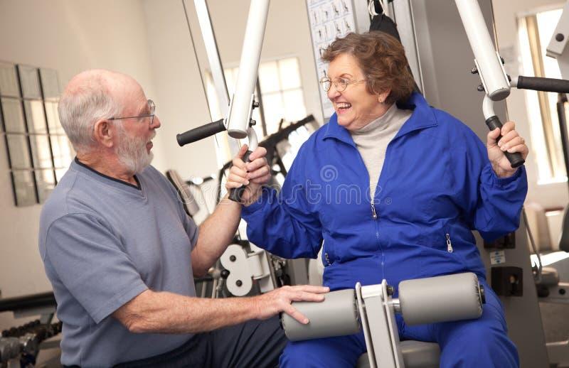 aîné convenable de gymnastique de couples photographie stock libre de droits