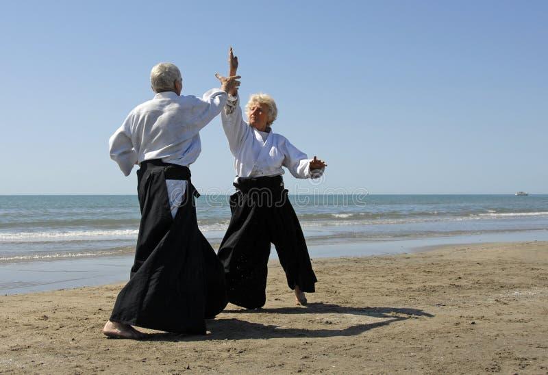 Aîné dans l'aikido photos stock