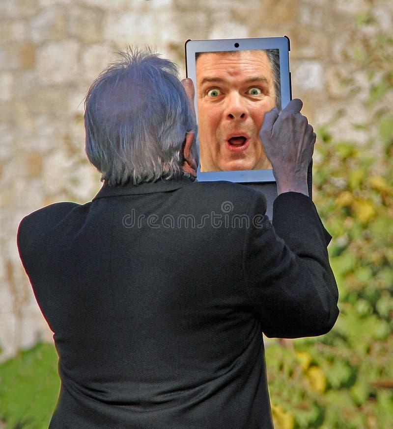 Aîné effrayé par technologie photographie stock libre de droits
