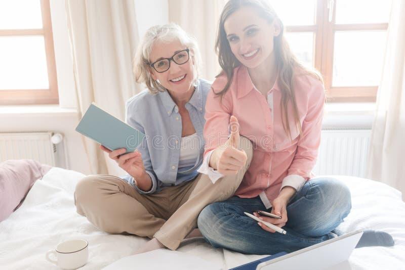 Aîné et jeune femme travaillant ensemble comme indépendants photos stock