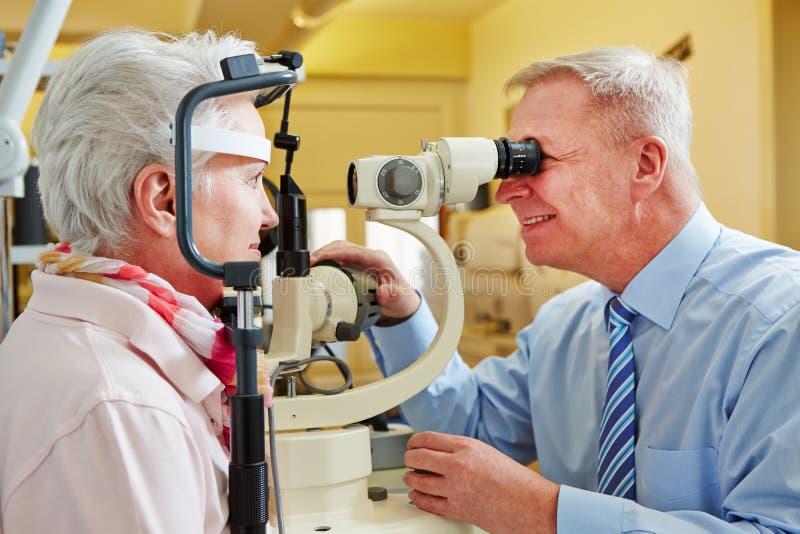 Aîné examing d'ophtalmologue images libres de droits