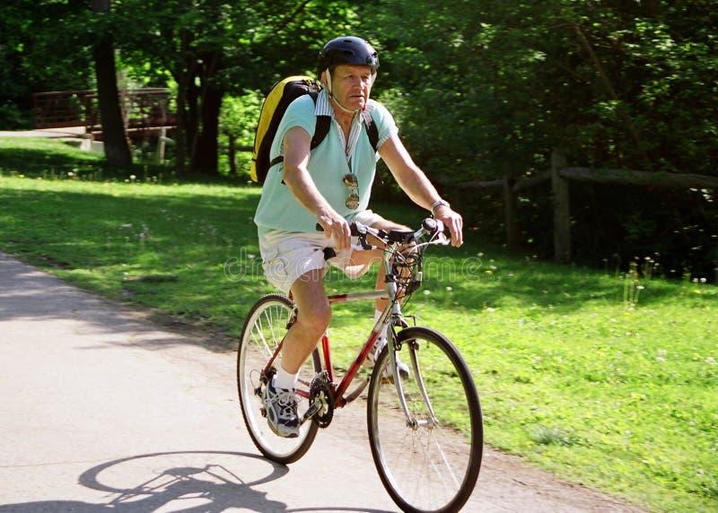 Aîné faisant du vélo d'Active photographie stock libre de droits