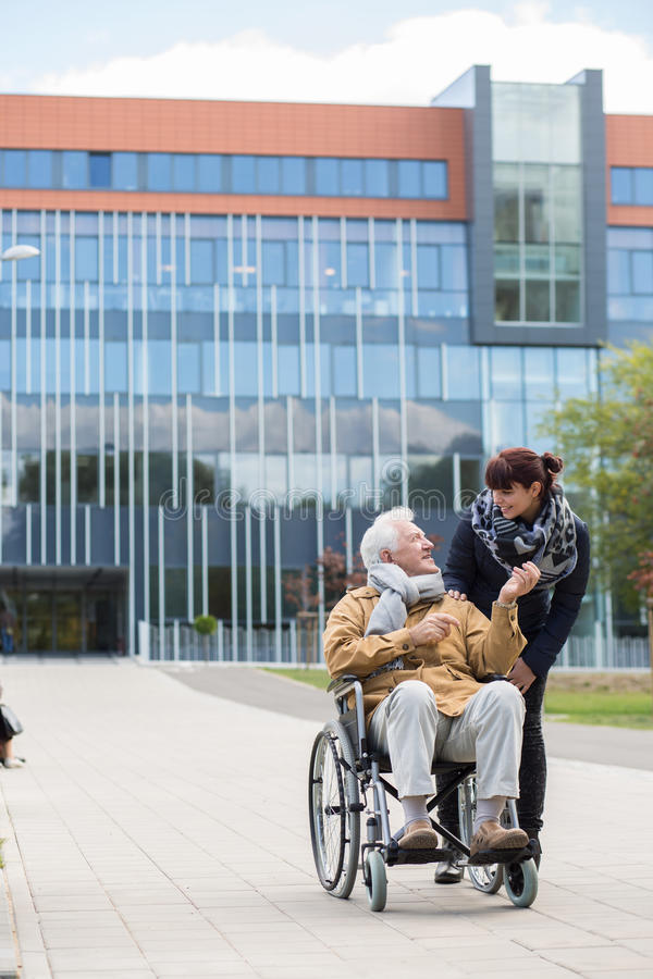 Aîné handicapé avec le soignant images stock